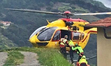 Cade dalle scale: ferito un uomo e sotto casa atterra l'elicottero Grifo. Foto