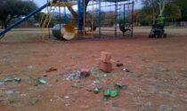 Pulisce da solo il parco dove gioca il nipotino, multa da 114 euro