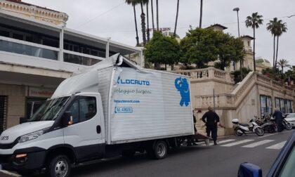 Sventra furgone nel sottopasso ma prosegue con le consegne fermato dai carabinieri