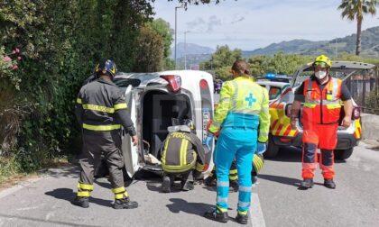 Auto si ribalta a Camporosso dopo aver toccato il muro