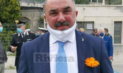 Spinosi indossa un fiore arancione sul taschino della giacca. Un segnale a Toti e alla Lega?