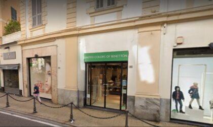 Via Feraldi blindata per sostituire le vetrine di Benetton