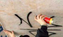 Vicino di casa vandalizza alloggio beccato dalle telecamere