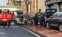 Auto percorre 100 metri senza conducente, poi si schianta e prende fuoco