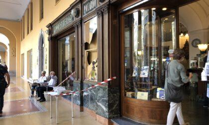Sfonda a pugni la vetrata del Caffè Piccardo, denunciato