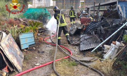 Incendio in un deposito di materiale edile a Costarainera