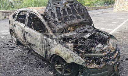 Brucia un'auto nel parcheggio delle scuole a Bordighera, mistero sulle cause