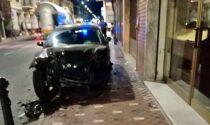 Perde il controllo dell'auto e si schianta contro il marciapiede a Bordighera