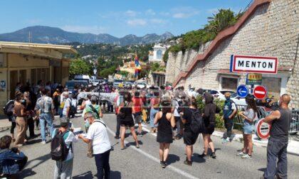 Decine di no border occupano il valico di Ponte San Luigi a Ventimiglia
