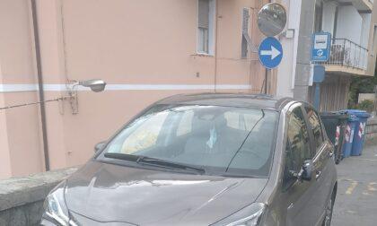 Rompono lo specchietto dell'auto e scappano l'appello del proprietario