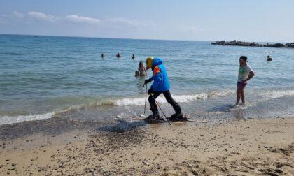 Con sci e scarponi sulla spiaggia di Sanremo. Il video