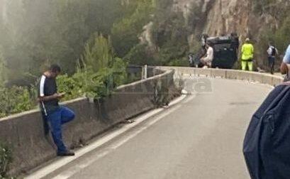 Auto si cappotta fuori dallo svincolo di Montecarlo dell'autostrada