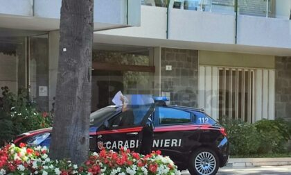 Finestra rotta in una seconda casa, sopralluogo dei carabinieri in via Duca a Sanremo