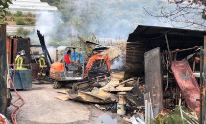 Incendio in un deposito di materiale edile di Imperia