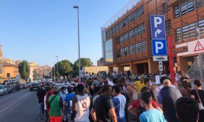 Centinaia di giovani in coda per il vaccino anti-Covid