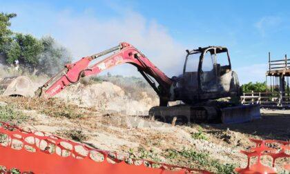 Escavatore bruciato appartiene a imprenditore già colpito nel 2007 da un incendio