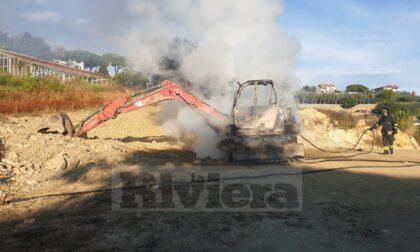 Brucia escavatore nel cantiere di una villa con piscina a Bordighera