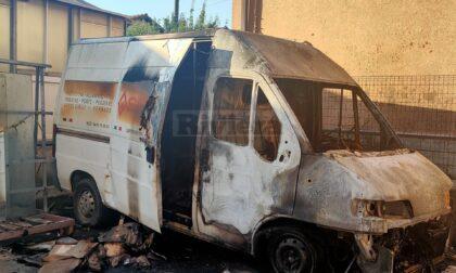 Brucia un furgone nella notte a Camporosso