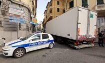 Via Zefiro Massa chiusa al traffico per un tir bloccato