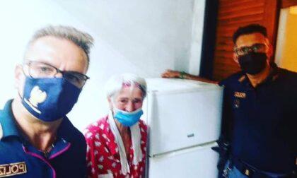 Agenti in soccorso a donna di 93 anni con cibo, medicinali e un frigo