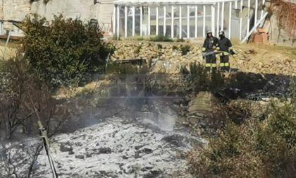 Incendio tra le fasce vicino alle case a Camporosso, interviene l'elicottero
