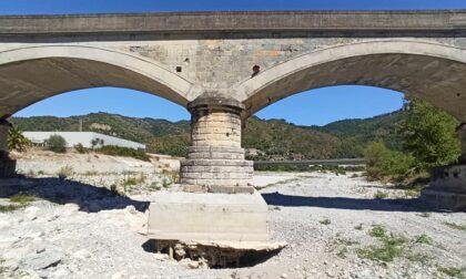 Allarme erosione per il ponte della ferrovia di Bevera. Foto choc