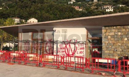 Deturpato con scritte novax il centro vaccinale di Camporosso. Foto