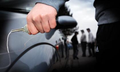 Danneggiava auto sotto la Caserma dei carabinieri, italiano arrestato in flagranza