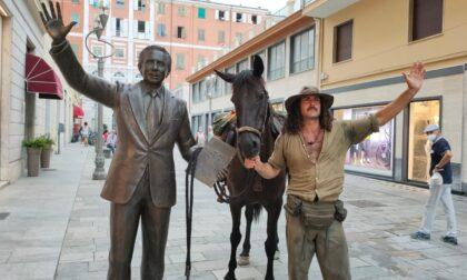 """In centro a Sanremo il """"cowboy"""" Cristian con il suo cavallo"""
