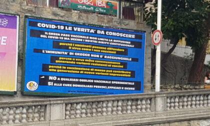 Spunta maxi manifesto NO VAX in piazza del mercato a Sanremo