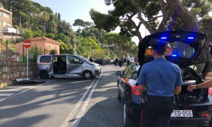 Auto si cappotta dopo lo schianto, tre feriti