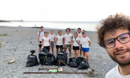 Plastic Hunt 2021: il team Delfini del Ponente APS ha ripulito la spiaggia del Parco Urbano