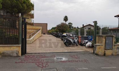 Scritte novax fuori dal cancello dell'Istituto Montale di Bordighera