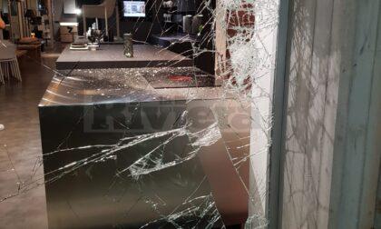 Danneggiata all'alba la vetrina di un negozio a Ventimiglia