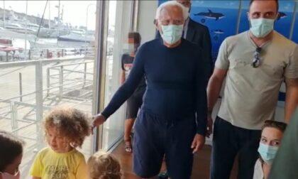 Giorgio Armani che non ti aspetti: all'Acquario di Genova incantato dal piccolo Jayden