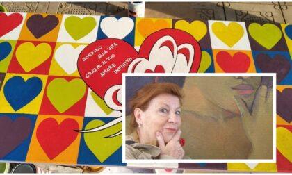 Una panchina con tanti cuori colorati per mamma Graziella