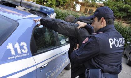Si spoglia davanti ai poliziotti e a una squadra di giovani pallavolisti all'Oratorio