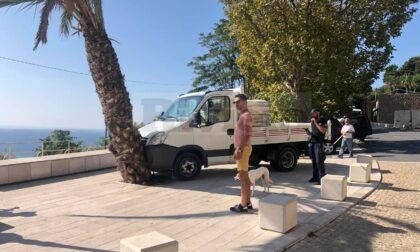 Tragedia sfiorata a Ventimiglia: furgone contro una palma per un guasto al freno a mano