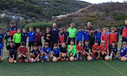 Mister del Genoa guida allenamento per l'Oneglia Calcio