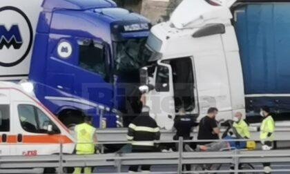 Scoppia pneumatico: scontro tra due tir sull'A10 a Bordighera